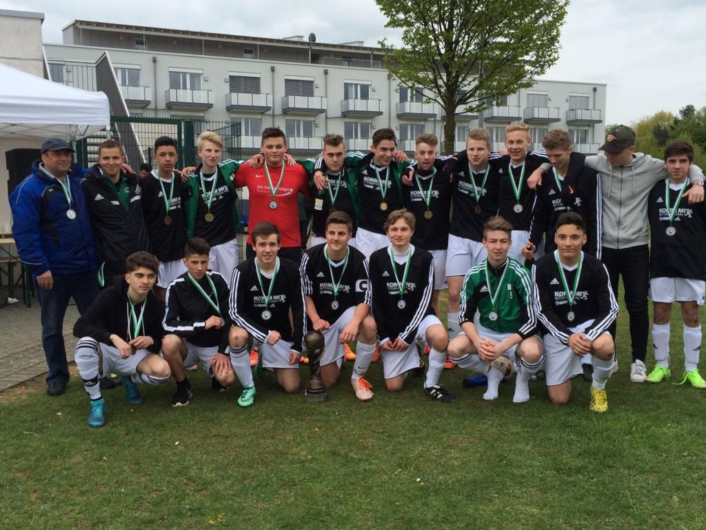 Die erfolgreiche B-Jugend mit Ihren Trainern Dietmar Boosten und David Birkhölzer
